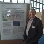 Peter Wolff auf der Geoinformatik in Osnabrück vor seinem Poster über dessen Inhalt er referiert