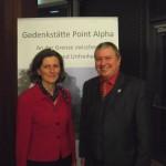 Peter Wolff trifft auf einer Veranstaltung in der Point-Alpha-Akademie in Geisa (Thüringen) Hessens Staatssekretärin für Europafragen, Zsuzsa Breier