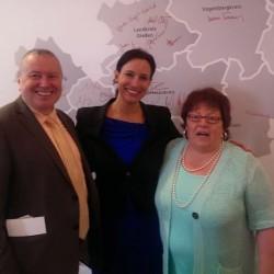 """Peter Wolff trifft auf dem Festakt der Metropolregion Frankfurt RheinMain seine """"ehemalige stv. Stadtverordnetenvorsteherin, rechts) und die Moderatorin des HR, Laura di Salvo."""